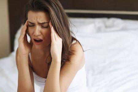 vågner med hovedpine om morgenen